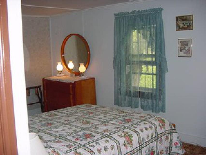 Upstairs main bedroom w/queen size bed-half bath