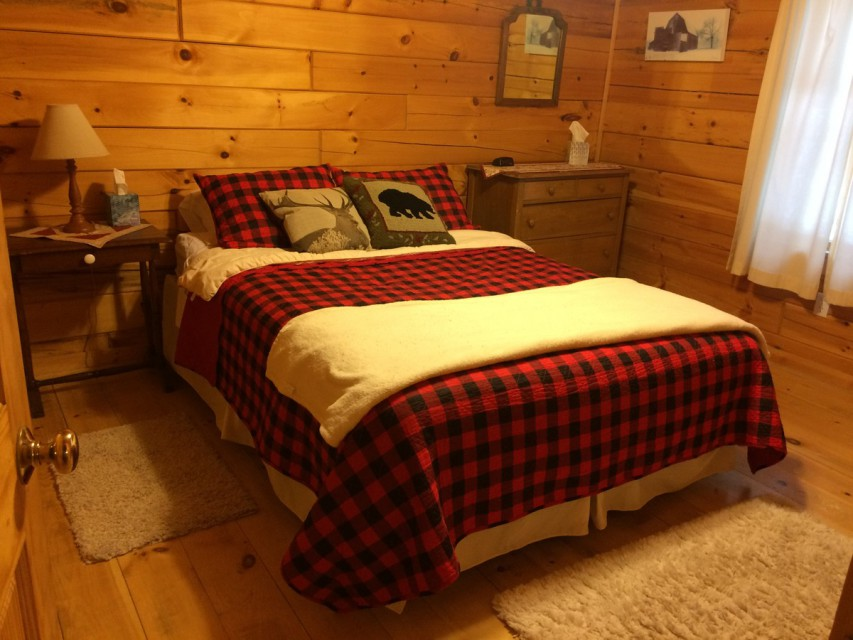 Master bedroom. Queen Bed, all linens are provided.