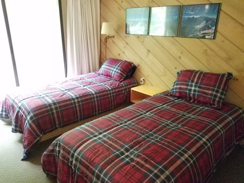 Upstairs bedroom with 2 single beds