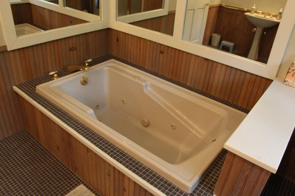 Jetted Jacuzzi Tub in Master Onsuite