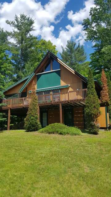 Nestled between a 1.3 acre yard and forest - Haus Crono