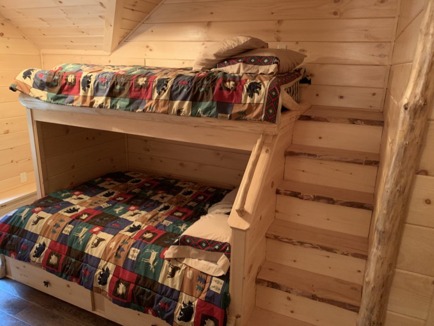 Bunk room with 1 twin bed an 1 full-size bed