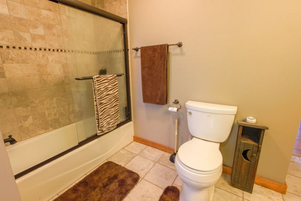 Adirondack bedroom with shower/tub